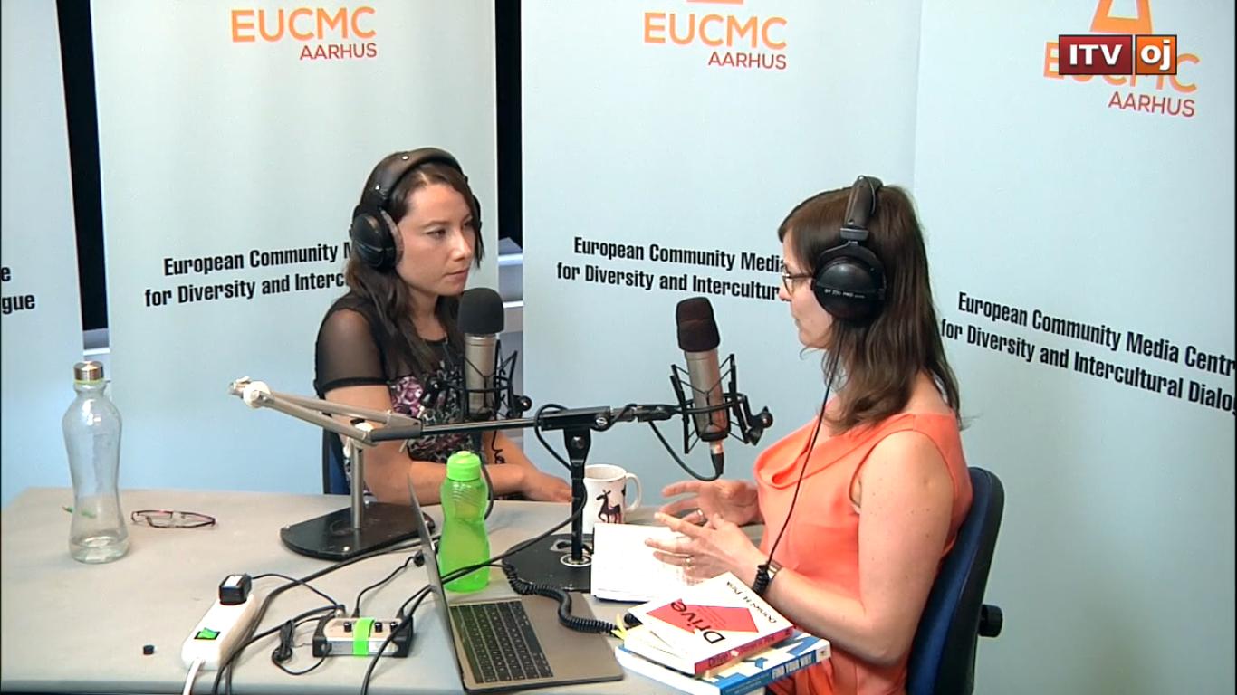 Journalist Estefanía Zárate interviewing Marta Rodríguez-Karpowicz